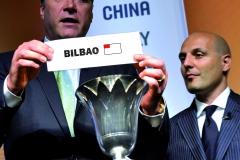 """GE101 GINEBRA (SUIZA) 23/5/2009.- Los jugadores de baloncesto, el lituano Arvydas """"Sabas"""" Sabonis (i) y el serbio Aleksandar """"Sasha"""" Djordjevic (d), anuncian que la Federación Española de Baloncesto (FEB) ha sido la elegida por la Federación Internacional (FIBA) para organizar el Mundial de Baloncesto 2014, por el que también competían Italia y China, hoy, 23 de mayo de 2009 en el Hotel Intercontinental de Ginebra, Suiza. La elección se produjo en la ciudad suiza de Ginebra por votación directa y secreta de dieciocho de los veintiún miembros del Comité Central de la FIBA. EFE/Martial Trezzini"""