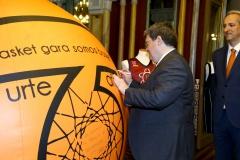 12-013-Juan-Mari-Aburto-firmando-el-gigabalon