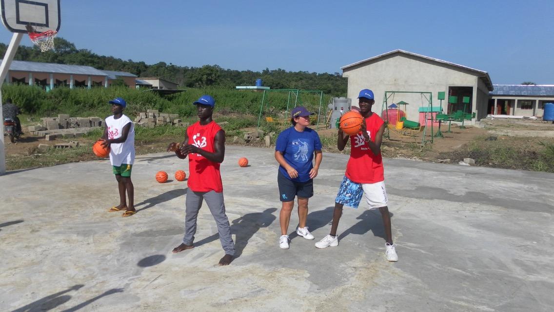 """Los balones """"llegan"""" a Benin con Cristina y Eneko en representación de todo el basket bizkaino"""