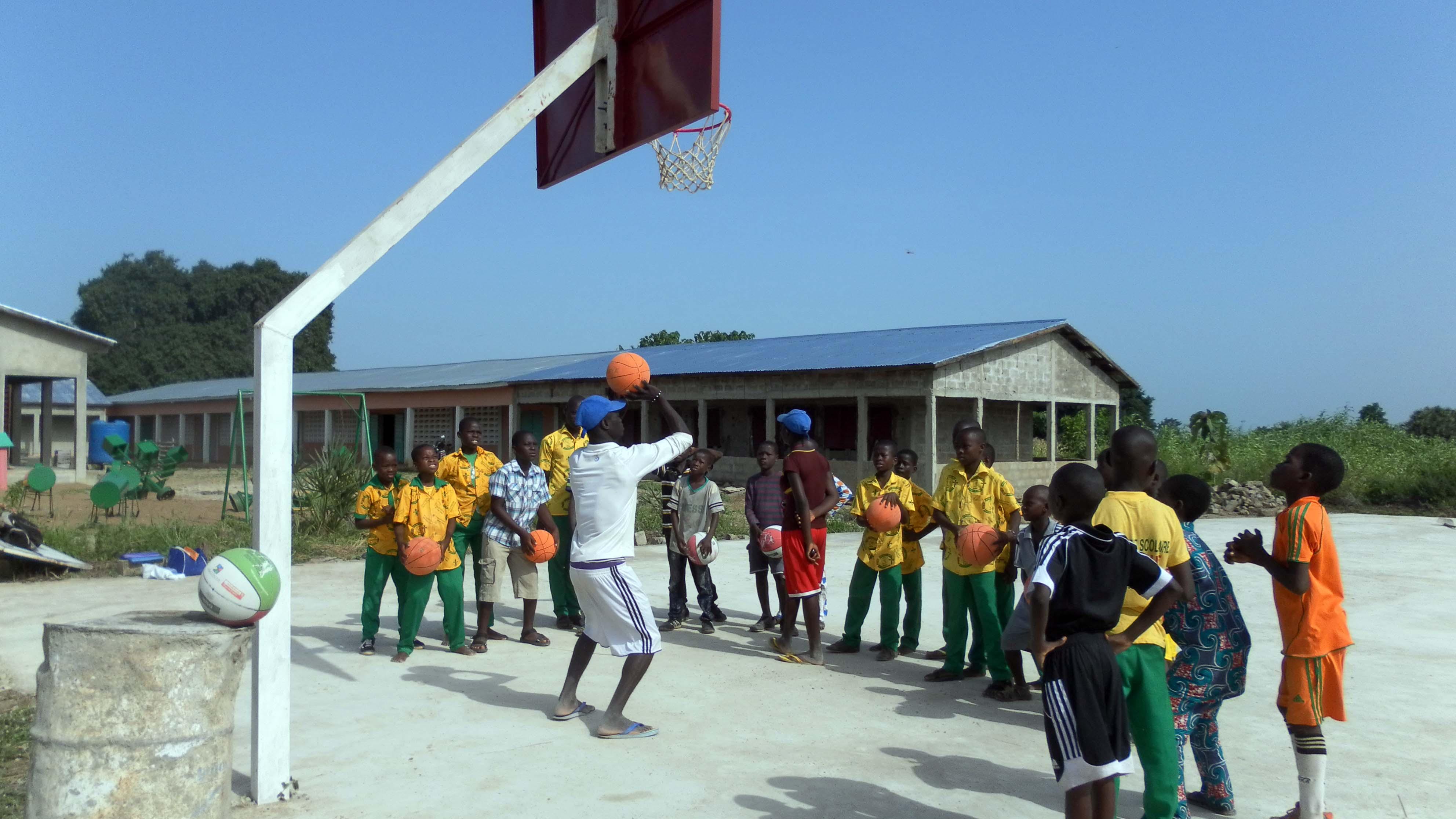 """Ya están de vuelta! Eneko y Cristina regresan de la gran """"misión"""" del basket bizkaino en Benín"""