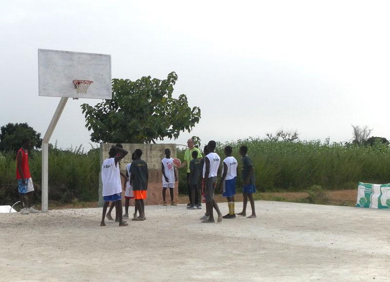 Finaliza nuestra misión de basket en Benin con la inauguración de una nueva cancha en Sirarou